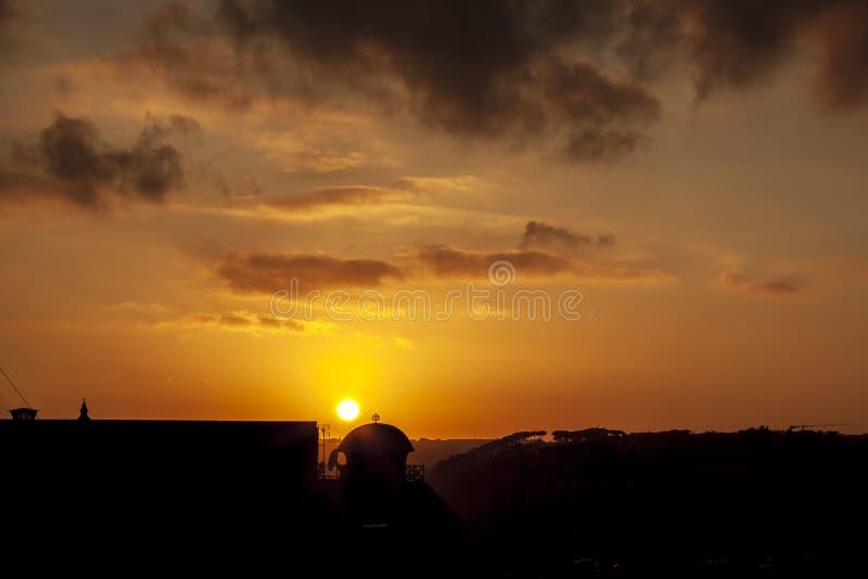 Puesta del sol en una de la vecindad 2 de Roma foto de archivo libre de regalías