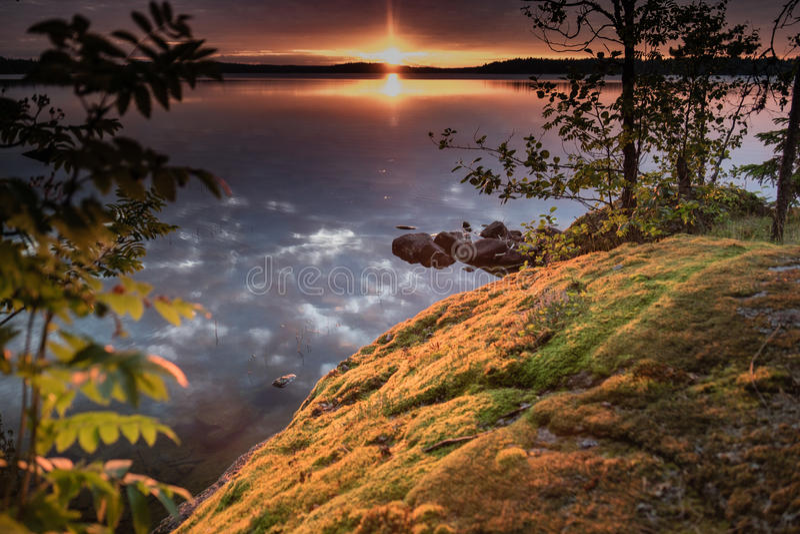 Puesta del sol en una orilla del lago en Finlandia fotografía de archivo libre de regalías