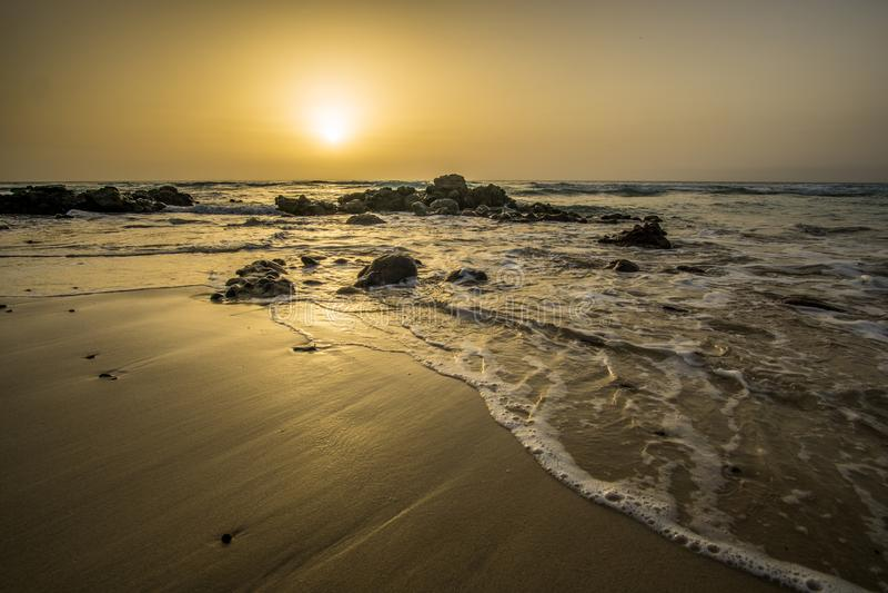Puesta del sol en una playa fotos de archivo libres de regalías