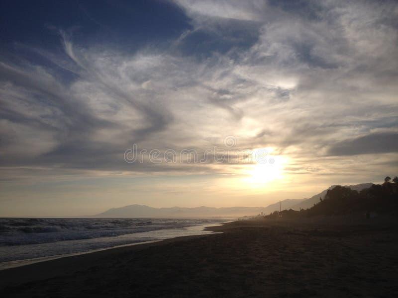 Puesta del sol en una playa fotografía de archivo