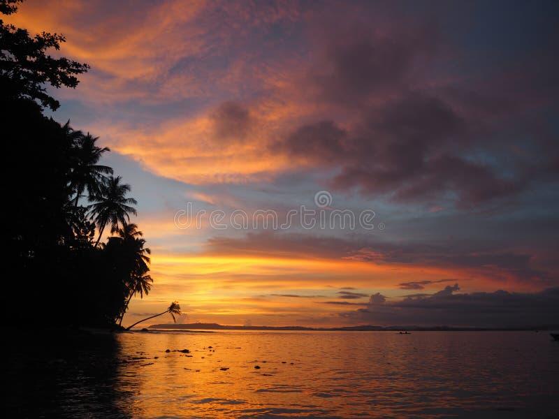 Puesta del sol en una playa de las islas de Mentawai, Indonesia fotos de archivo