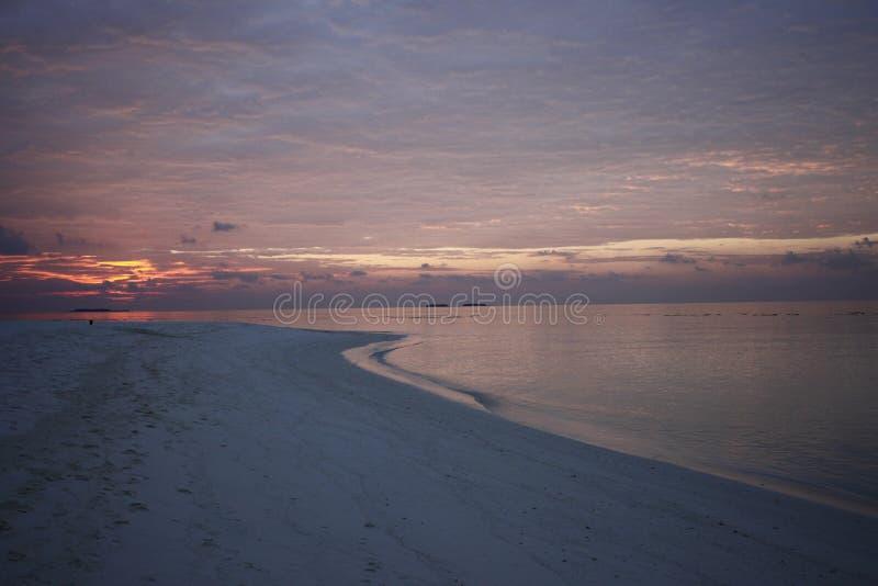 Puesta del sol en una playa del centro turístico en Maldivas fotos de archivo libres de regalías