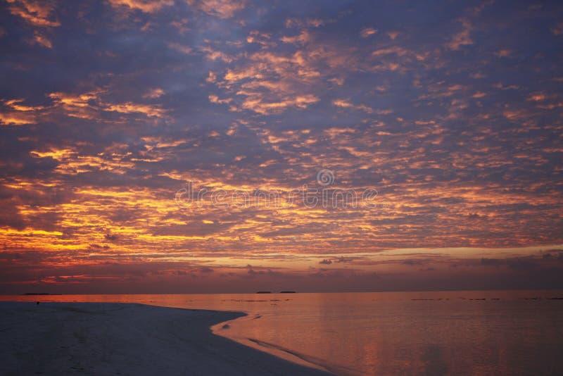 Puesta del sol en una playa del centro turístico en Maldivas imágenes de archivo libres de regalías