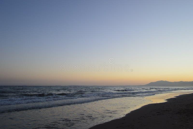 Puesta del sol en una playa en España meridional imágenes de archivo libres de regalías