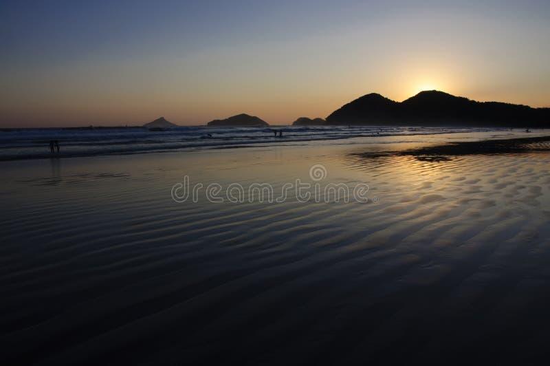 Puesta del sol en una playa tropical fotos de archivo