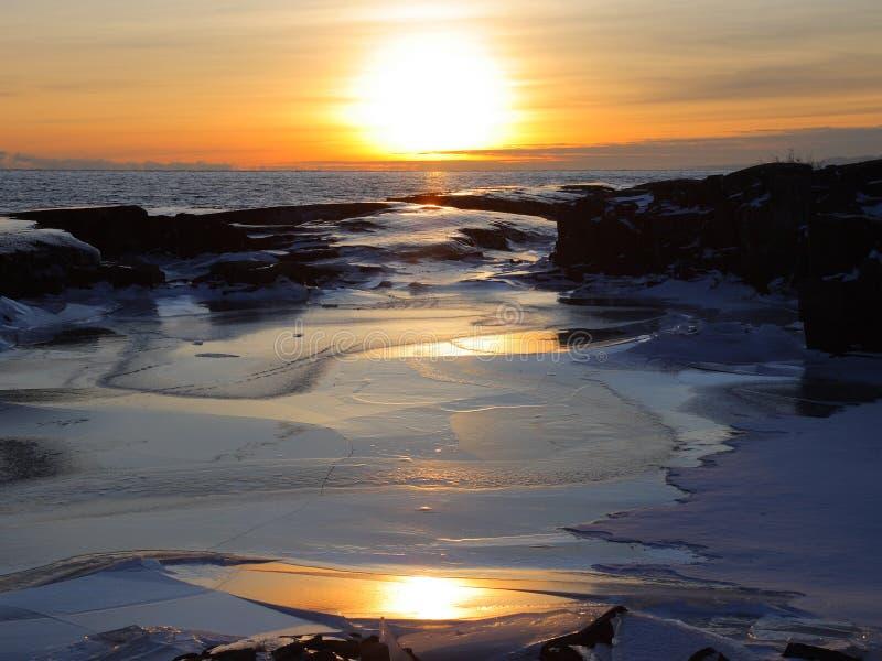 Puesta del sol en winte del superior de lago fotografía de archivo libre de regalías