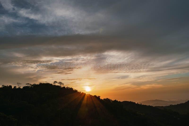Puesta del sol entre las monta?as imagen de archivo