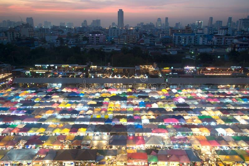 Puesta del sol escénica de la vista aérea del mercado de la noche de Bangkok fotografía de archivo