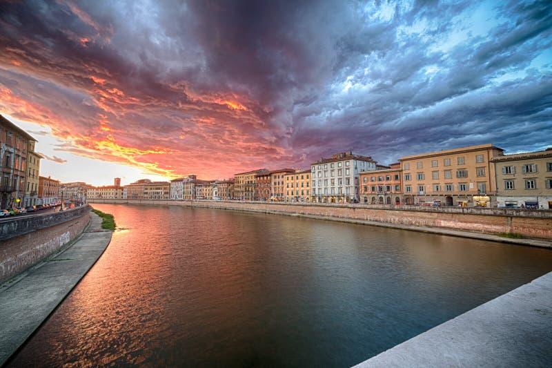 Puesta del sol escénica en el río en Pisa imagenes de archivo