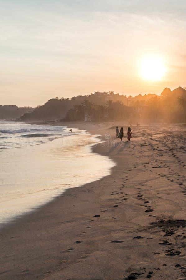 Puesta del sol escénica en la playa en Zipolite, México fotos de archivo libres de regalías