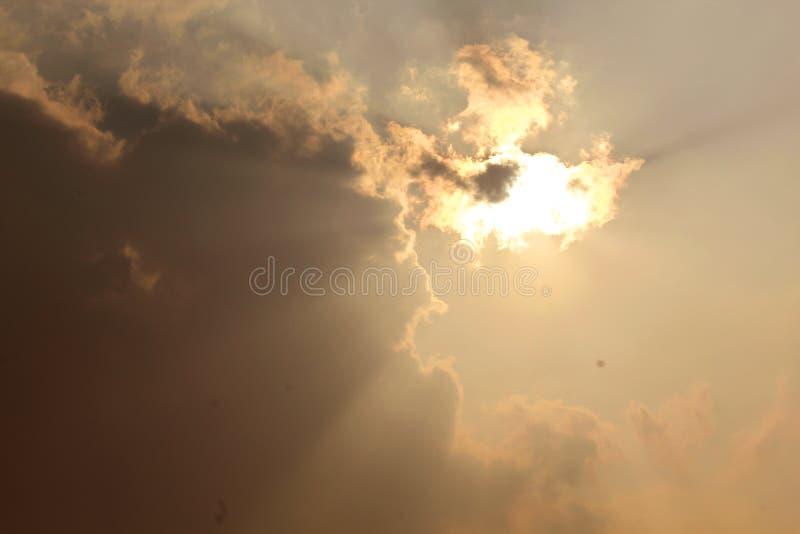 Puesta del sol escénica hermosa con el sol que mira furtivamente hacia fuera de detrás la nube foto de archivo libre de regalías