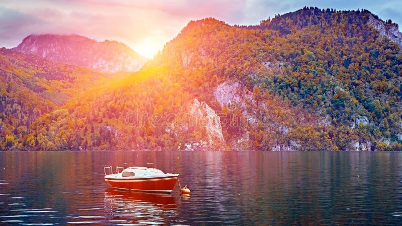 Puesta del sol escénica panorámica sobre el lago austríaco tranquilo y pacífico de las montañas E fotografía de archivo libre de regalías