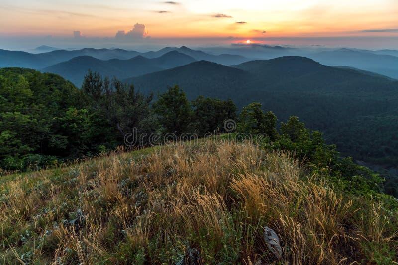 Puesta del sol escénica del verano en las montañas del Cáucaso nebulosas Nubes del bihind del ajuste de Sun Paisaje hermoso del t fotos de archivo