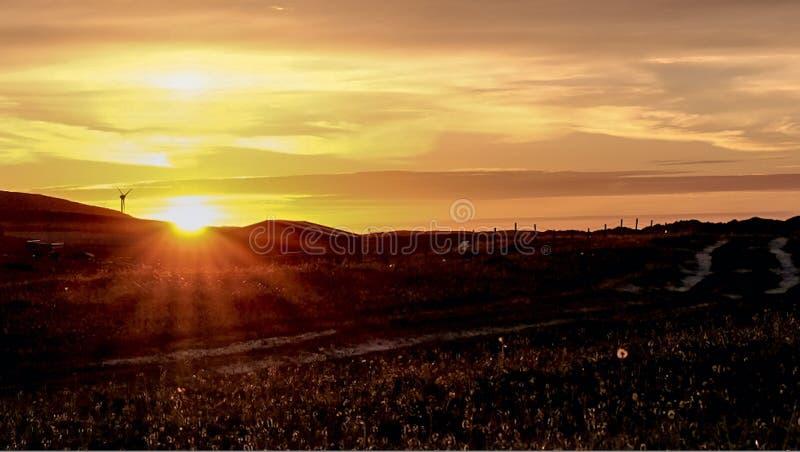 Puesta del sol del escocés de Windturbine fotografía de archivo