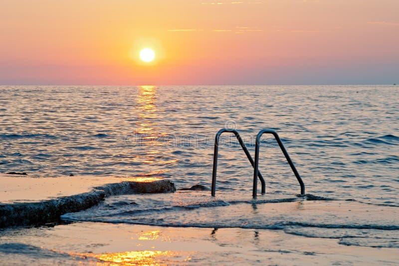 Puesta del sol espectacular del mar foto de archivo