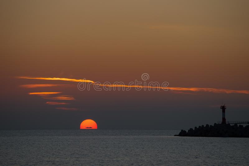 Puesta del sol espectacular sobre el mar con colores vibrantes fotos de archivo