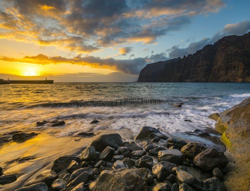 Puesta del sol espectacular sobre el océano, puesta del sol romántica, multicolora en Tenerife, acantilados del Los Gigantes foto de archivo libre de regalías