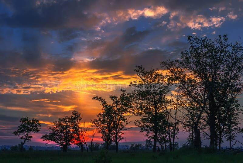 Puesta del sol fantástica con halo imagen de archivo libre de regalías