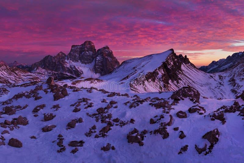 Puesta del sol fantástica en las montañas de las dolomías, el Tyrol del sur, Italia en invierno Panorama alpino italiano en la mo fotos de archivo libres de regalías