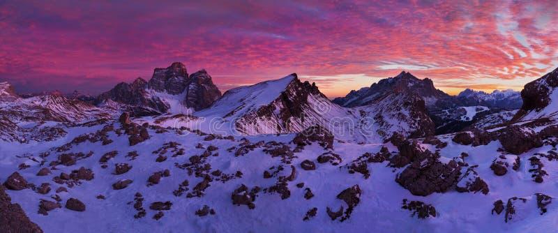 Puesta del sol fantástica en las montañas de las dolomías, el Tyrol del sur, Italia en invierno Panorama alpino italiano en la mo foto de archivo