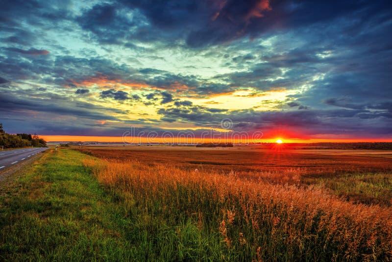 Puesta del sol fantástica sobre los campos en el campo fotos de archivo libres de regalías