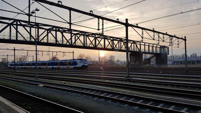 Puesta del sol del ferrocarril Países Bajos imagen de archivo
