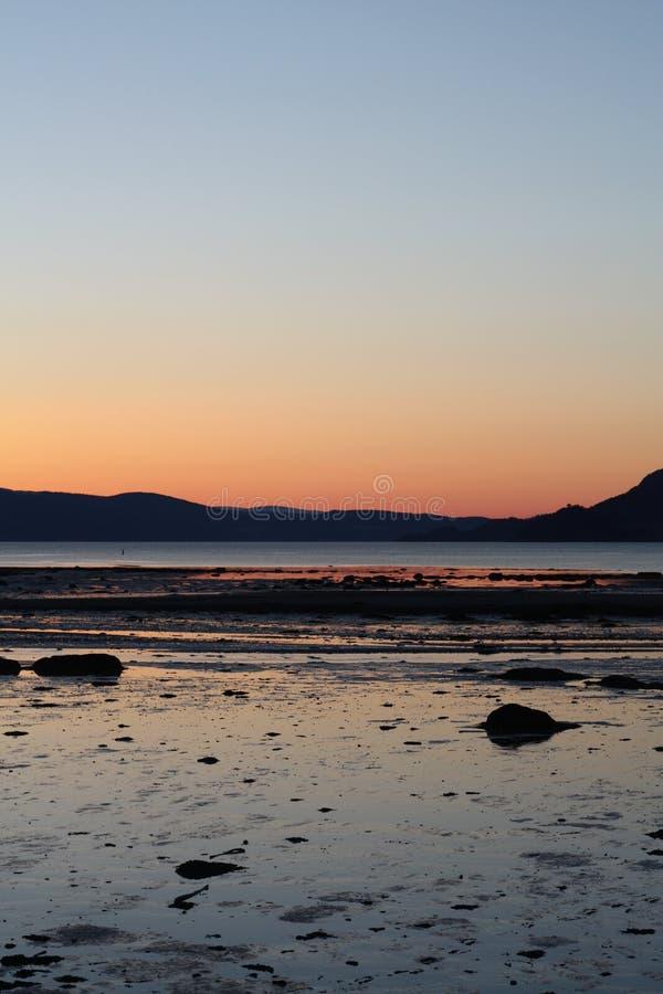 Puesta del sol fría en primavera por Trondheimsfjorden fotos de archivo libres de regalías