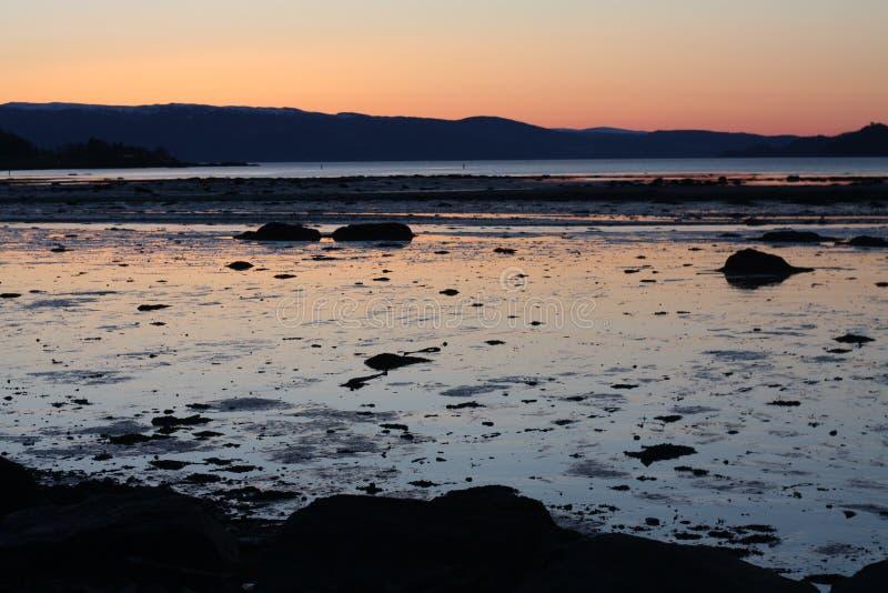 Puesta del sol fría en primavera por Trondheimsfjorden imágenes de archivo libres de regalías