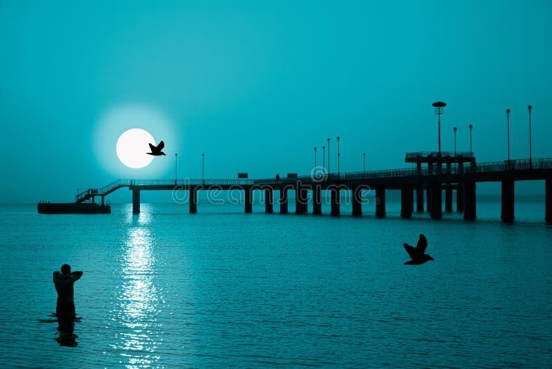Puesta del sol-Frío-Luna imagen de archivo libre de regalías