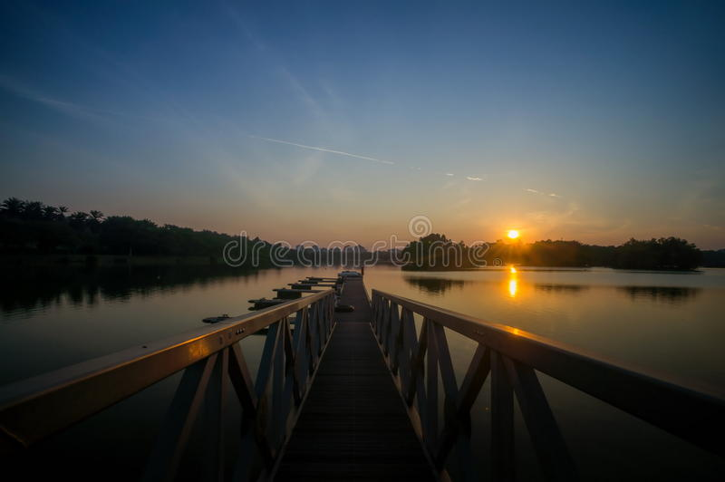 Puesta del sol gloriosa en el lago wetland, Putrajaya fotos de archivo libres de regalías