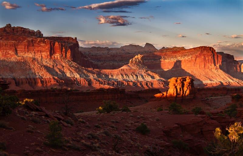 Puesta del sol gloriosa en las formaciones de roca de parque nacional del filón del capitolio en Utah imágenes de archivo libres de regalías