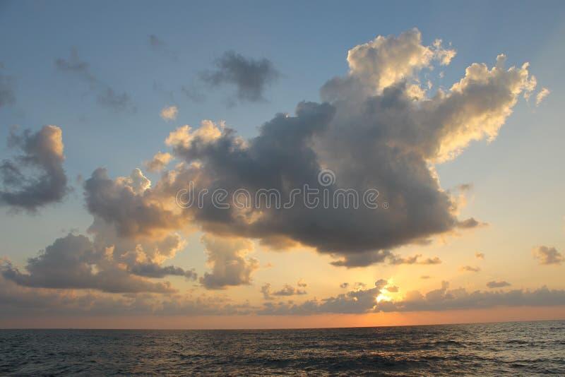 Puesta del sol gloriosa y nubes fotografía de archivo