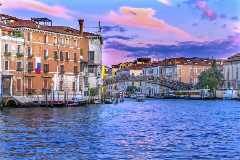 Puesta del sol Grand Canal Venecia Italia del puente de la academia del dell de Ponte imagenes de archivo