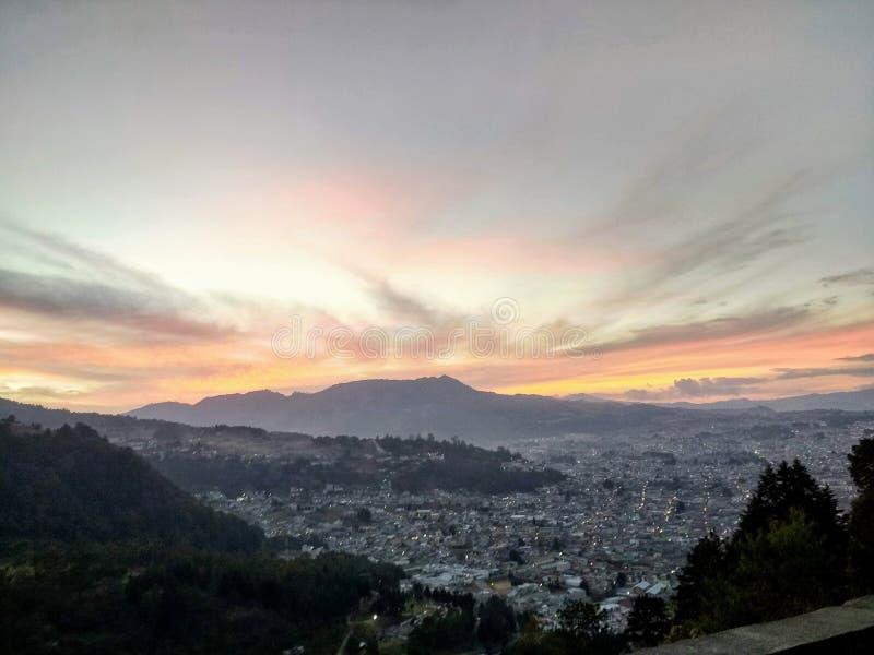 Puesta del sol grande y árboles de la montaña foto de archivo libre de regalías
