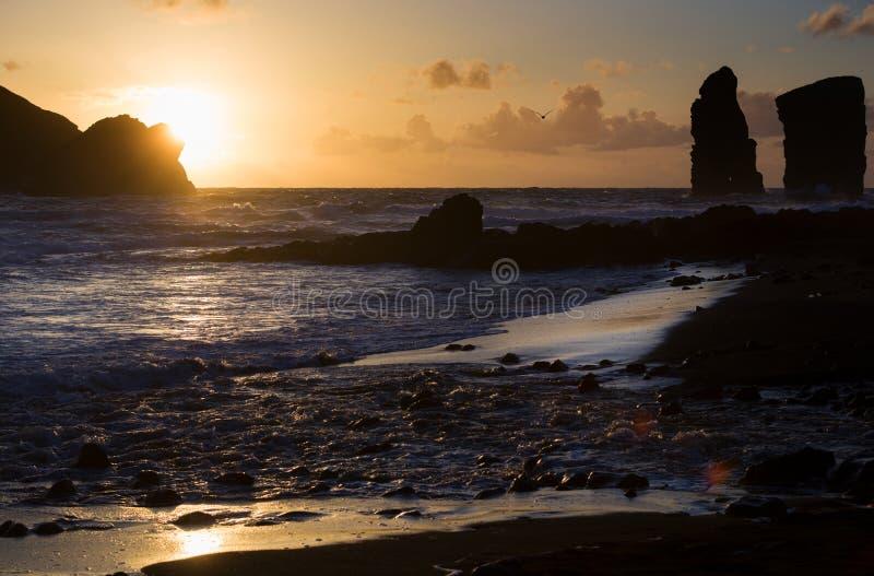 Puesta del sol hermosa al lado de la orilla de mar en Mosteiros, Azores, Portugal imagenes de archivo