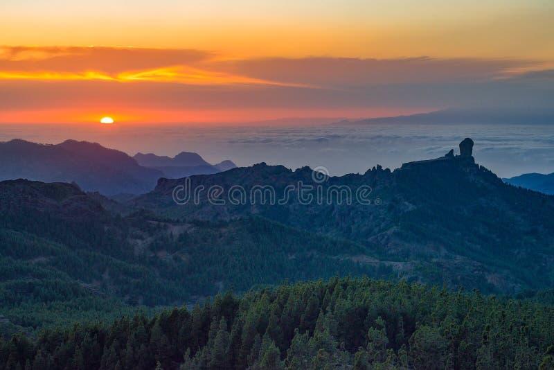 Puesta del sol hermosa con el pico de Roque Nublo en la isla de Gran Canaria, España fotografía de archivo