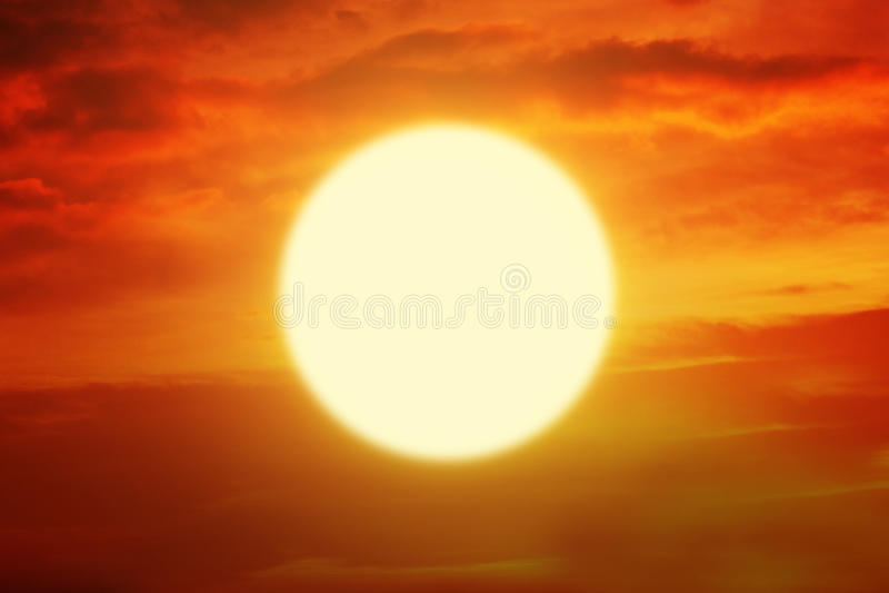 Puesta del sol hermosa con el sol de oro y el cielo anaranjado foto de archivo libre de regalías