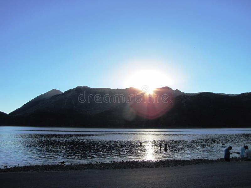 Puesta del sol hermosa con el sol detrás de las montañas en Neuquén, la Argentina fotografía de archivo