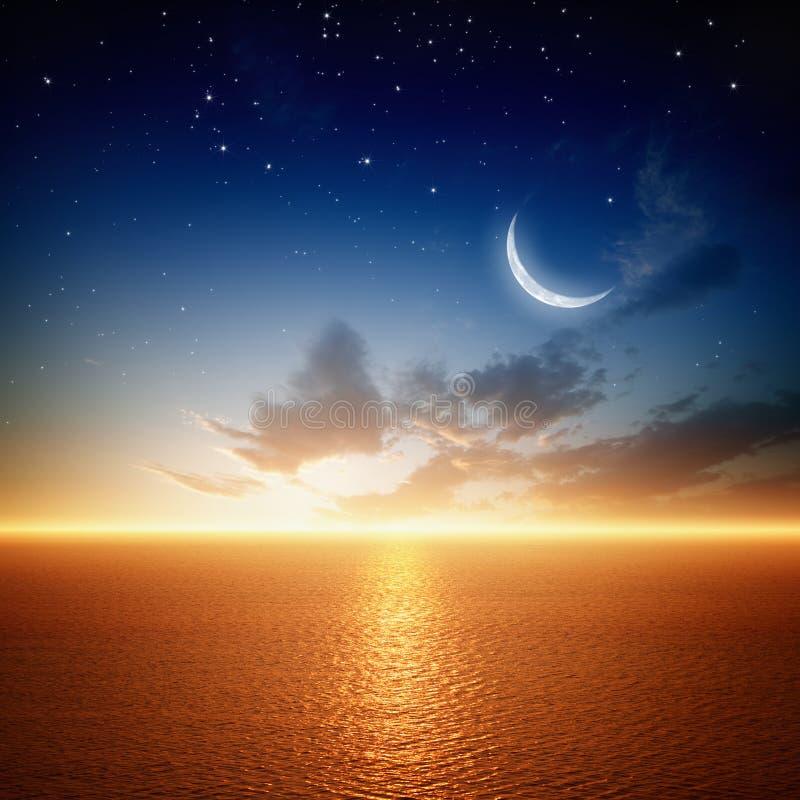 Puesta del sol hermosa con la luna stock de ilustración