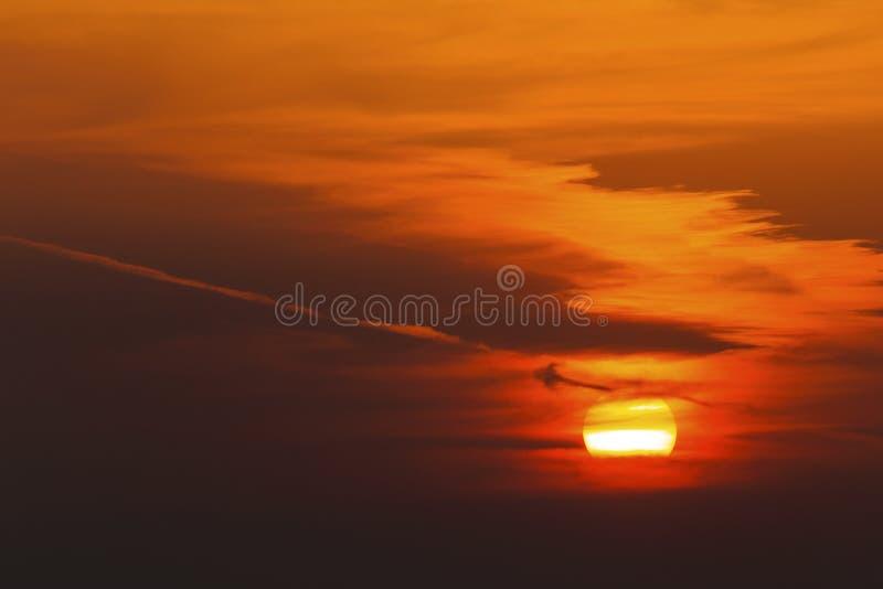 Puesta del sol hermosa con las nubes dramáticas foto de archivo libre de regalías