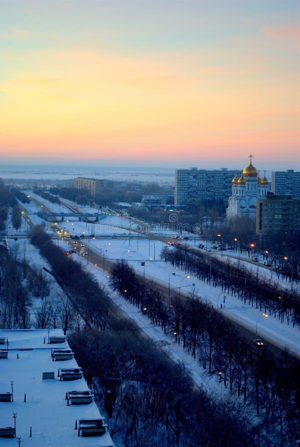 Puesta del sol hermosa de enero que pasa por alto la avenida de la catedral y de Leninsky de la transfiguración en la ciudad de T foto de archivo libre de regalías