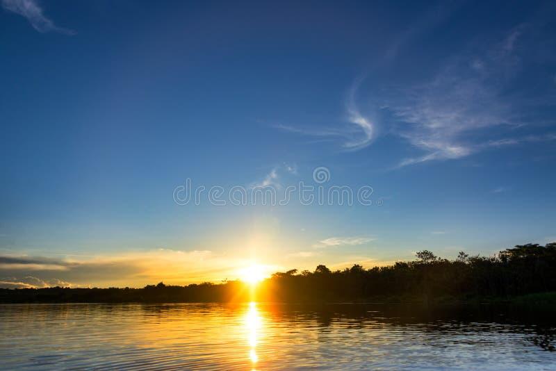 Puesta del sol hermosa del Amazonas imagen de archivo