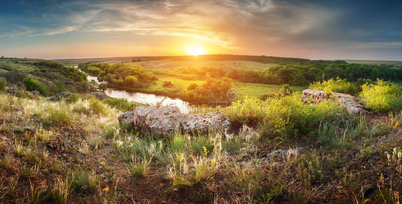 Puesta del sol hermosa del verano en el río con la reflexión fotos de archivo libres de regalías