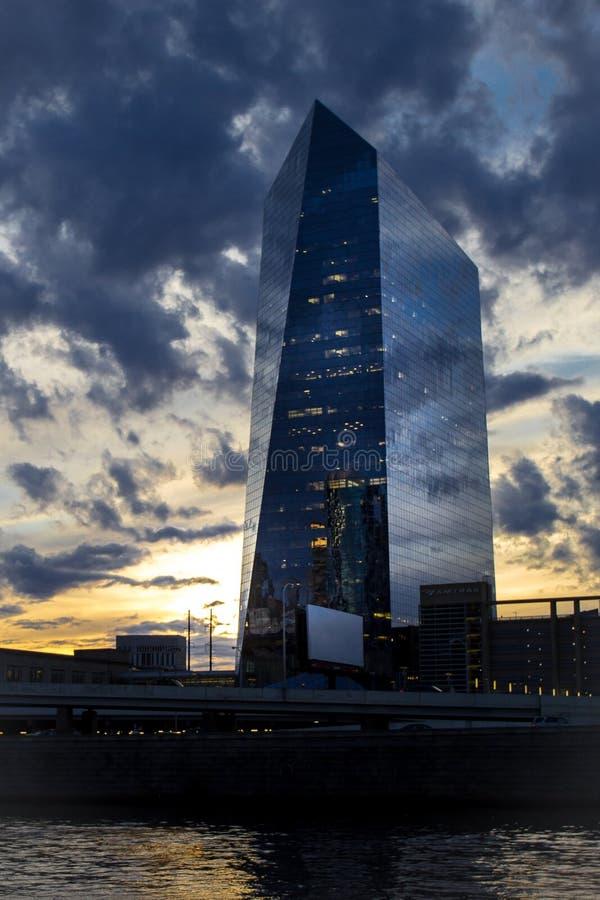 Puesta del sol hermosa detrás del circa el edificio de oficinas del centro en Philadelphia fotos de archivo libres de regalías