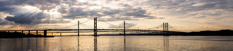 Puesta del sol hermosa en adelante el puente Edimburgo del puente del camino y de traves?a de Queensferry imagen de archivo