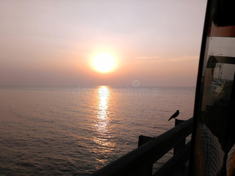 Puesta del sol hermosa en Bombay capturado del autobús imagenes de archivo