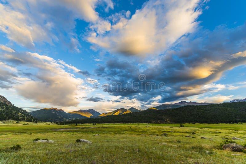 Puesta del sol hermosa en Colorado Rockies del parque de la moraine foto de archivo libre de regalías