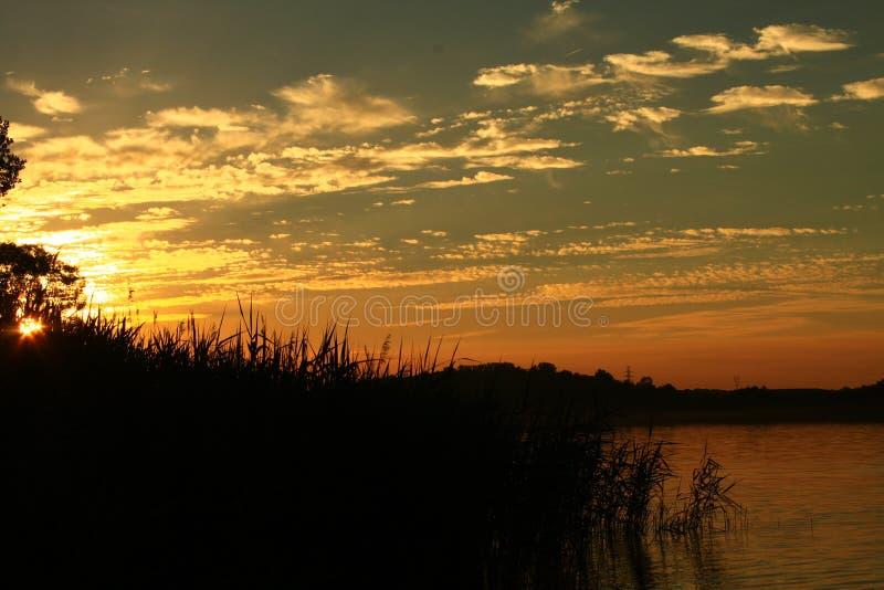 Puesta del sol hermosa en el awnowice polaco del 'del lago PÅ fotografía de archivo