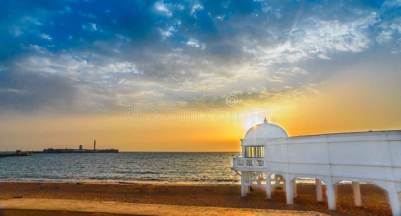 puesta del sol hermosa en el caleta del la en Cádiz España andalusia imagen de archivo