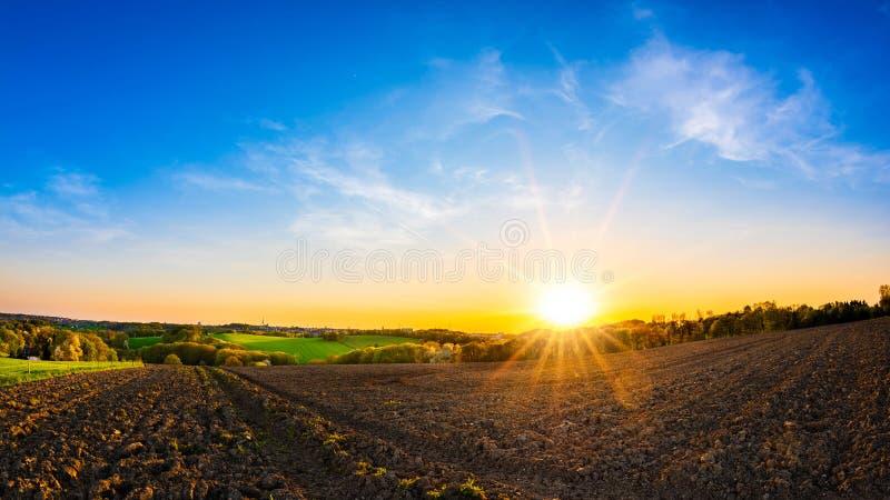 Puesta del sol hermosa en el campo imagen de archivo libre de regalías